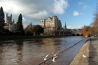 Today at Pulteney Bridge, the river is rising rapidly and has now covered the towpath.