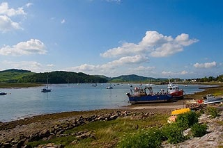 Kippford has a relatively high tidal range. At low tide a large area of rocky/pebbly shore is exposed and on the opposite side of the river, extensive mud flats and salt marsh.